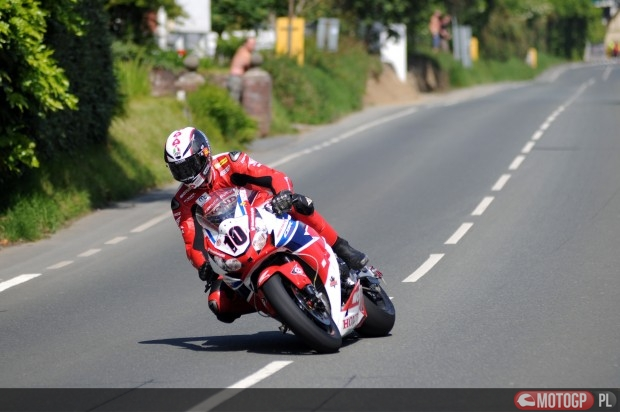 PACEMAKER BELFAST 31/05/14: Conor Cummins on the Honda Racing Fireblade superbike at the Nook during the Dainese Superbike race at the 2014 Isle of Man TT