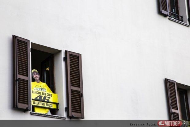 16. Mistrz Świata wita wszystkich z okna u siebie.