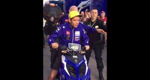 Wideo: Rossi z zarzutami po potrąceniu fanki na padoku GP Walencji?